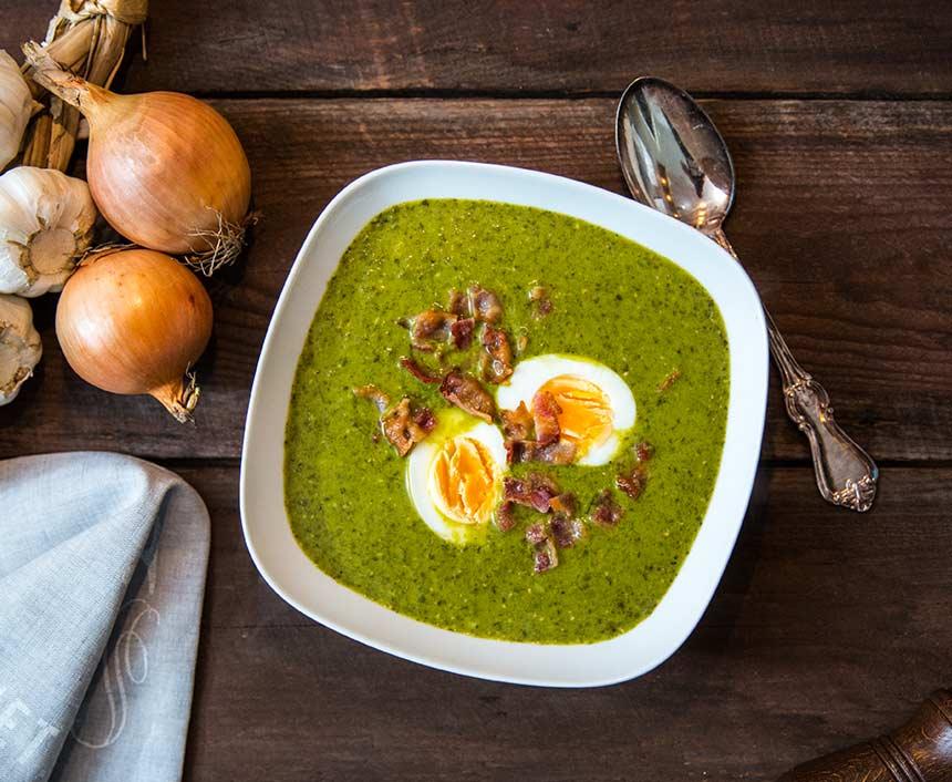 Spenat- och grönkålssoppa med sojabönor, ägghalvor och baconkrossSpenat- och grönkålssoppa med sojabönor, ägghalvor och baconkross