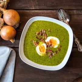 Spenat- och grönkålssoppa med sojabönor, ägghalvor och baconkross