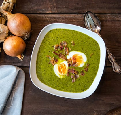 Grönkålssoppa med sojabönor, ägghalvor och baconkross