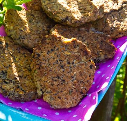 Svarta bönbiffar med hasselnötter, tomatsalsa, sval sås och rostad majs- och fetasallad