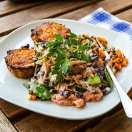 Tonfiskbiffar i ugn med en krämig och en knaprig sallad