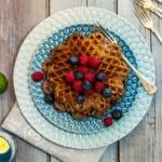 Proteinvåfflor med banan och blåbär