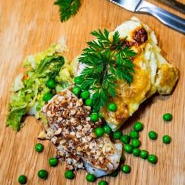 Torsk med mandel, ärtor, smörfräst kål och potatisgratäng