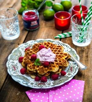 Glutenfria vaniljvåfflor med lingongrädde