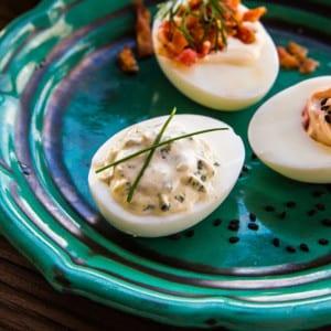 Ägghalvor med pestoröra