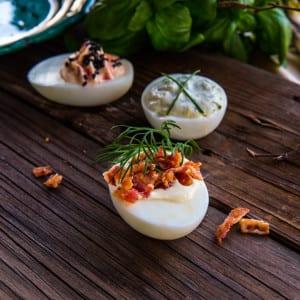 Ägghalvor med pepparrotscreme och baconkross
