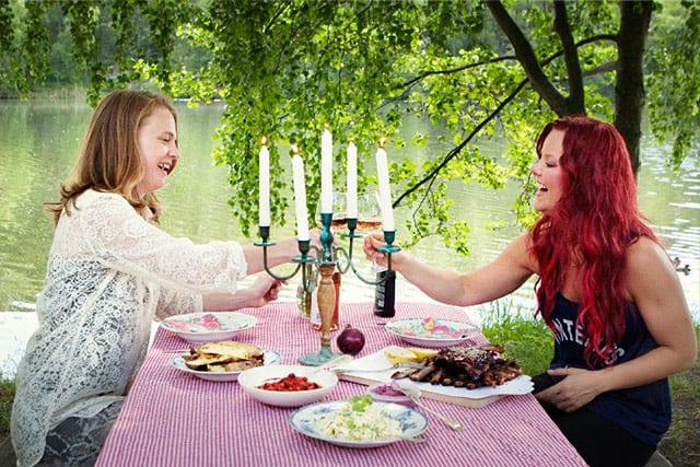 Madeleine Landley och Jill Eriksson för tidningen Mitt i. Foto: Johan Kindbom