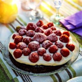 Kladdkakstårta med grädde och jordgubbar