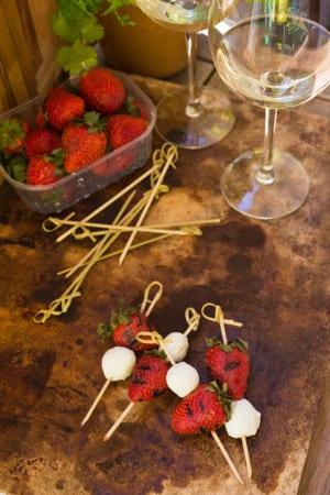 Grillade jordgubbar på mozzarellaspett