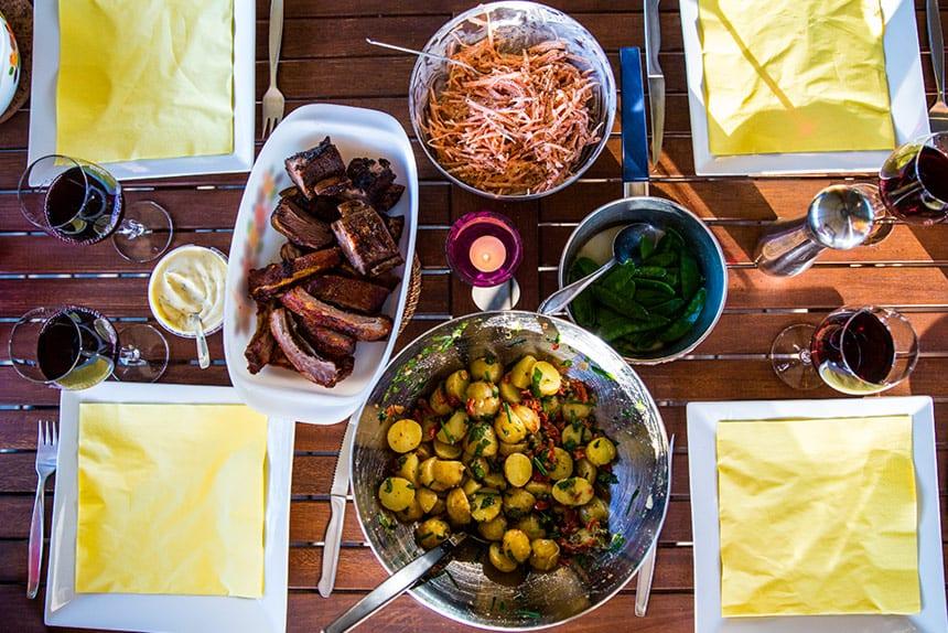 Grillade kamben med potatissallad och morotsslaw