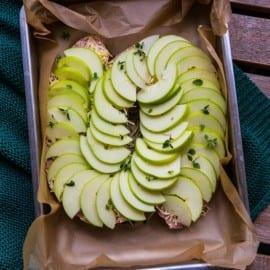 Falukorv i ugn med äpple och ost