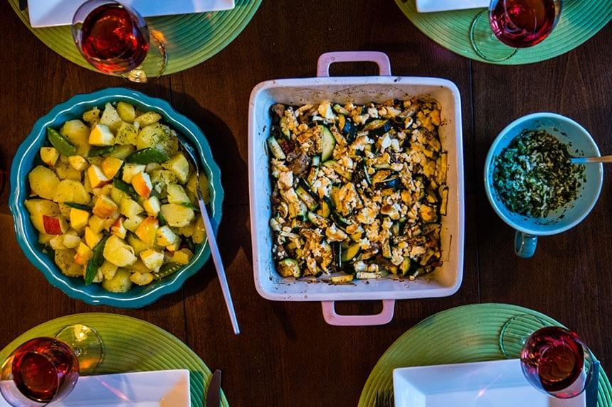 Kryddiga pannbiffar med potatissallad, gräddsås och fetagratinerad zucchini