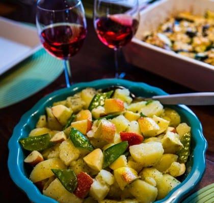 Potatissallad med äpple och sockerärtor