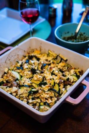 Fetagratinerad zucchini med champinjoner och vitlök