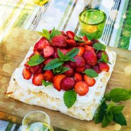 Sommartårta med maräng och jordgubbar