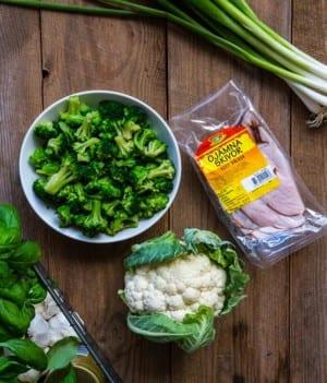 Broccoli, blomkål och Pärsons ojämna skivor av kalkon