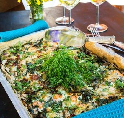 Laxpaj med kallrökt lax, soltorkade tomater, oliver och dill