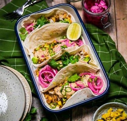 Fish Tacos med picklad rödlök och tomatsalsa