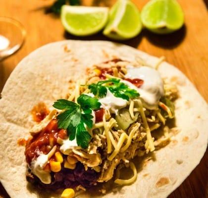 Fredagstacos med kyckling, svarta bönor, guacamole och salsa