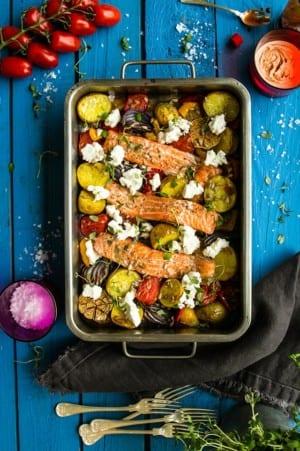 Ugnsbakad fisk med rostad potatis, paprika, tomater och getost