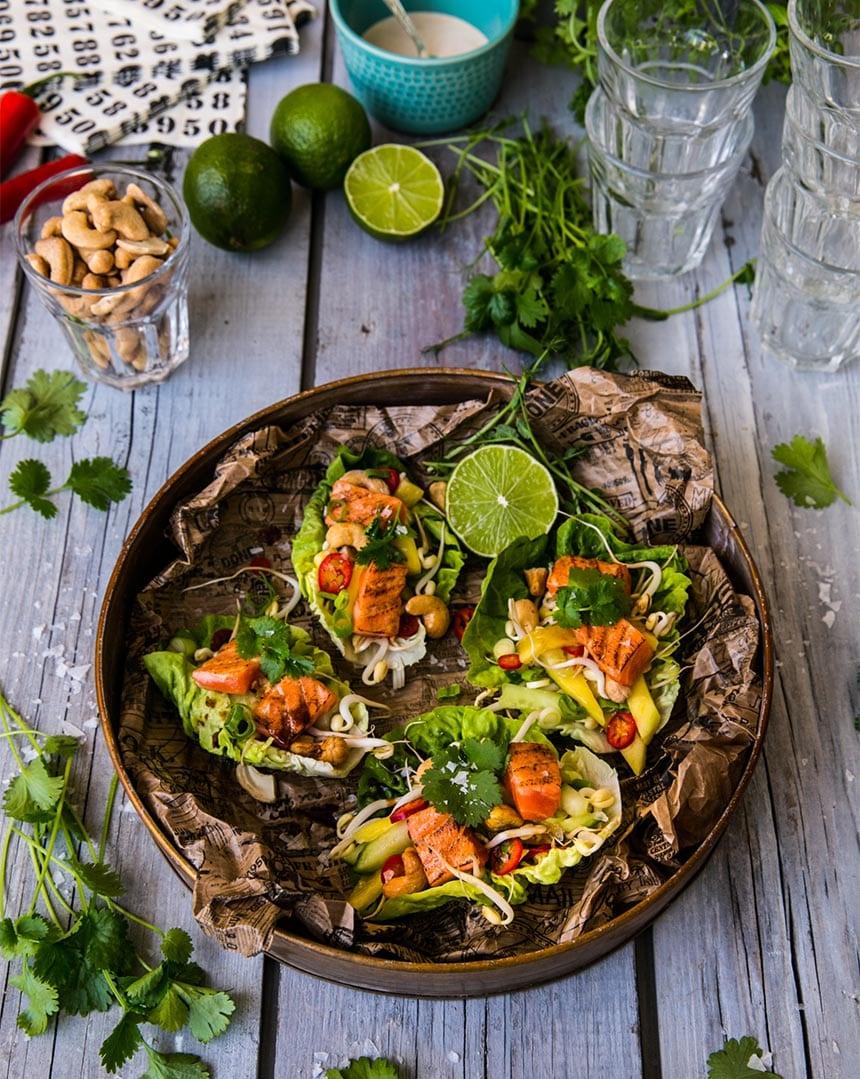 Laxtacos i salladsblad med mango, cashewnötter och chili
