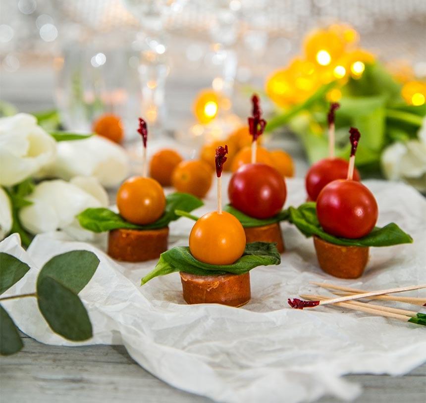 Superenkla korvsnittar med tomat och basilika