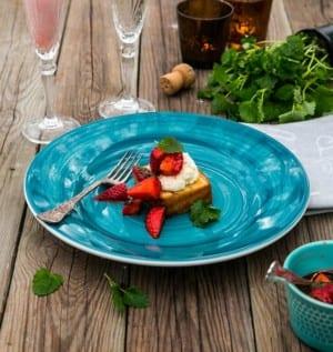 Grillad sockerkaka med marinerade jordgubbar och grädde