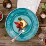 Grillad sockerkaka, marinerade jordgubbar och grädde