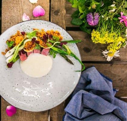Grillad fläskkarré, sparris och knipplök med chorizokrust och potatisskum