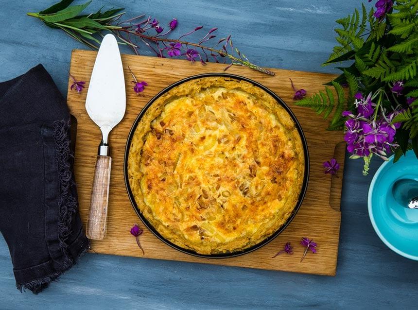 Ansjovispaj med potatis och karamelliserad lök