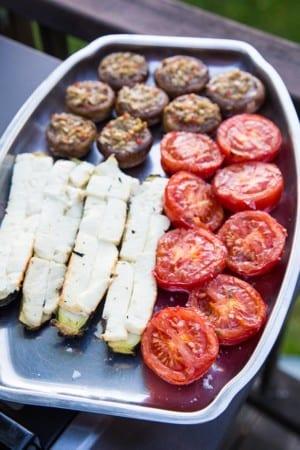 Grillade tomater och halverade zucchinis med fetaost