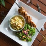 Grillade kycklingspett med coleslaw och sallad