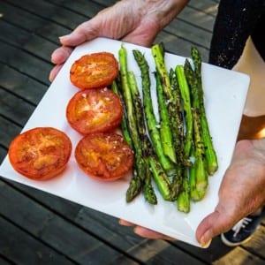 Stekta tomater och sparris