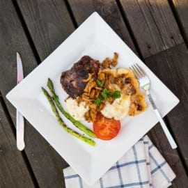 Lammrostbiff, potatisgratäng och smörstekta kantareller