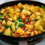 Falukorv med stekt potatis och grönsakspytt
