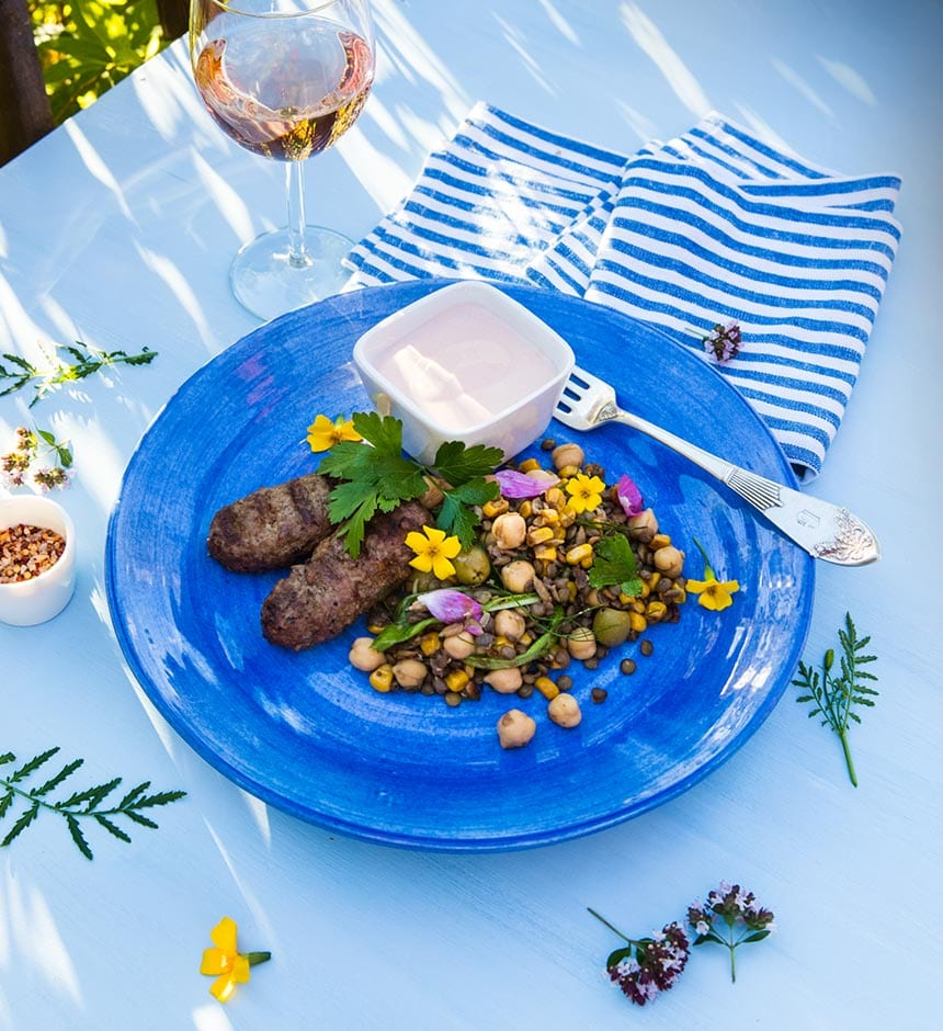 Köttfärsjärpar med linssallad och tomat- och vitlökssås