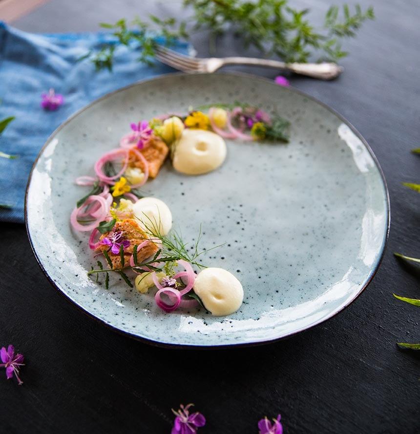 Stekt lax med blomkålsskum och picklad rödlök