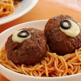 Blodig spaghetti med ögon