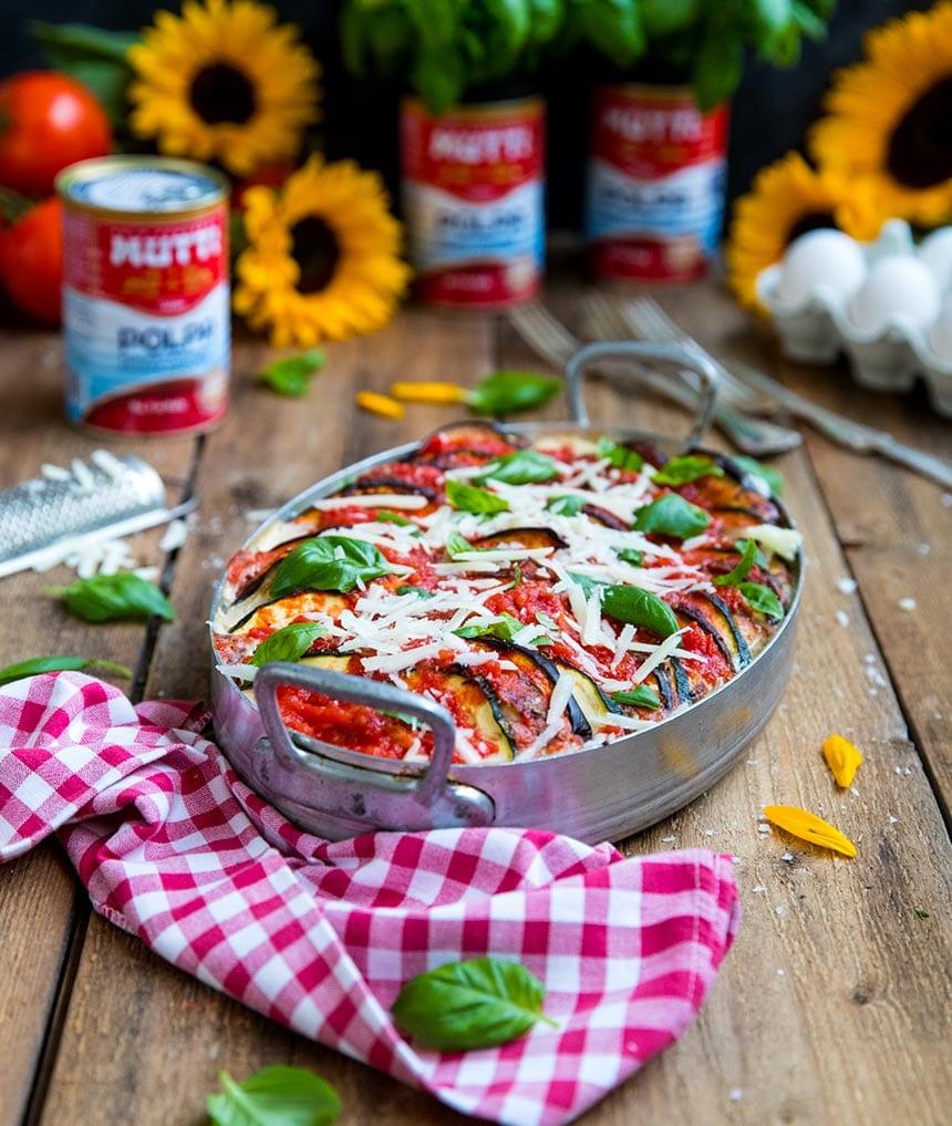 Italiensk gratäng med aubergine, zucchini och kyckling i fyllig tomatsås