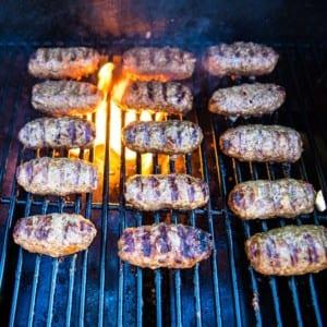 Köttfärsjärpar på grillen