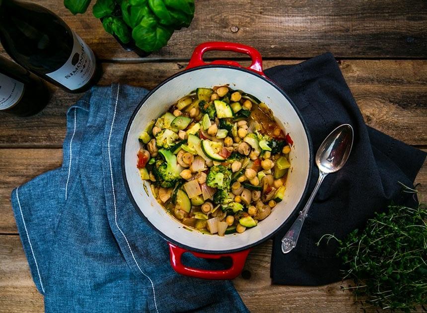 Vegetarisk gryta med zucchini och kikärtor