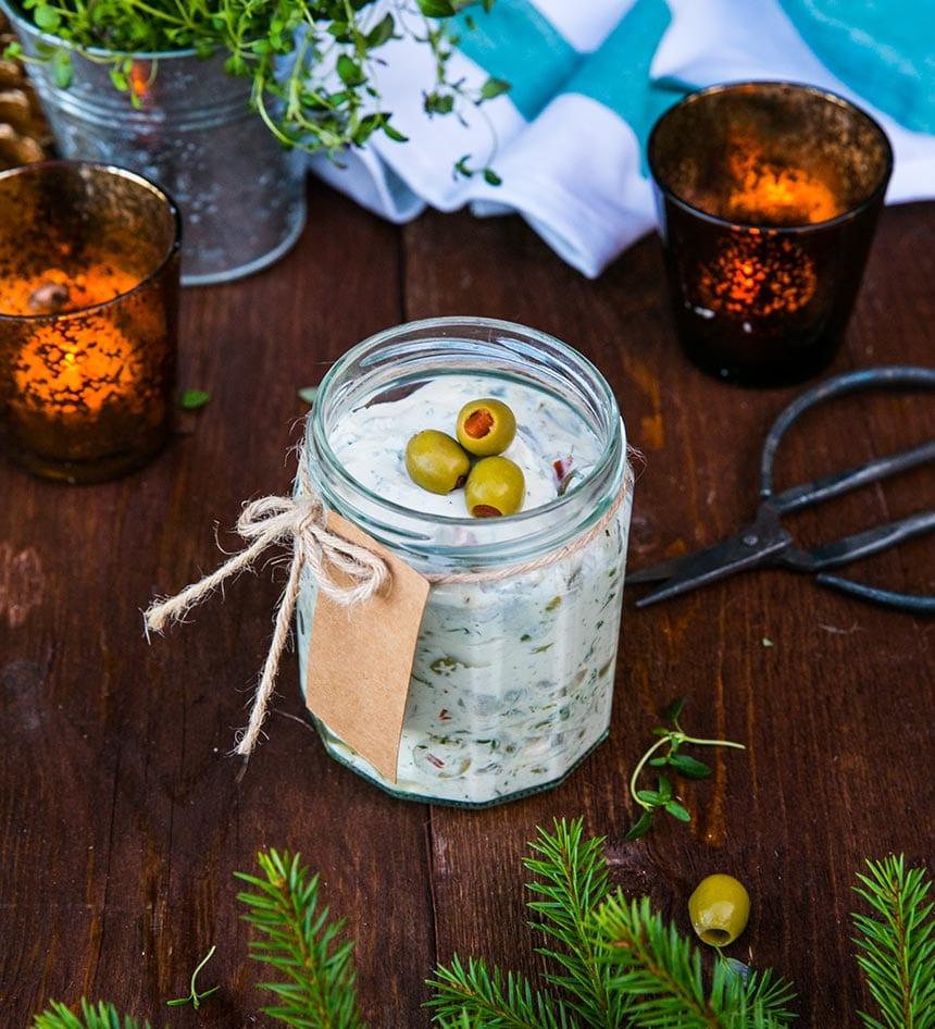 Vermouthsill med krasse och oliver