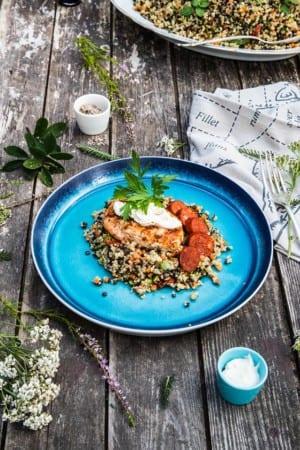 Grillade kycklingfiléer med pepparrotsost och belugalinssallad