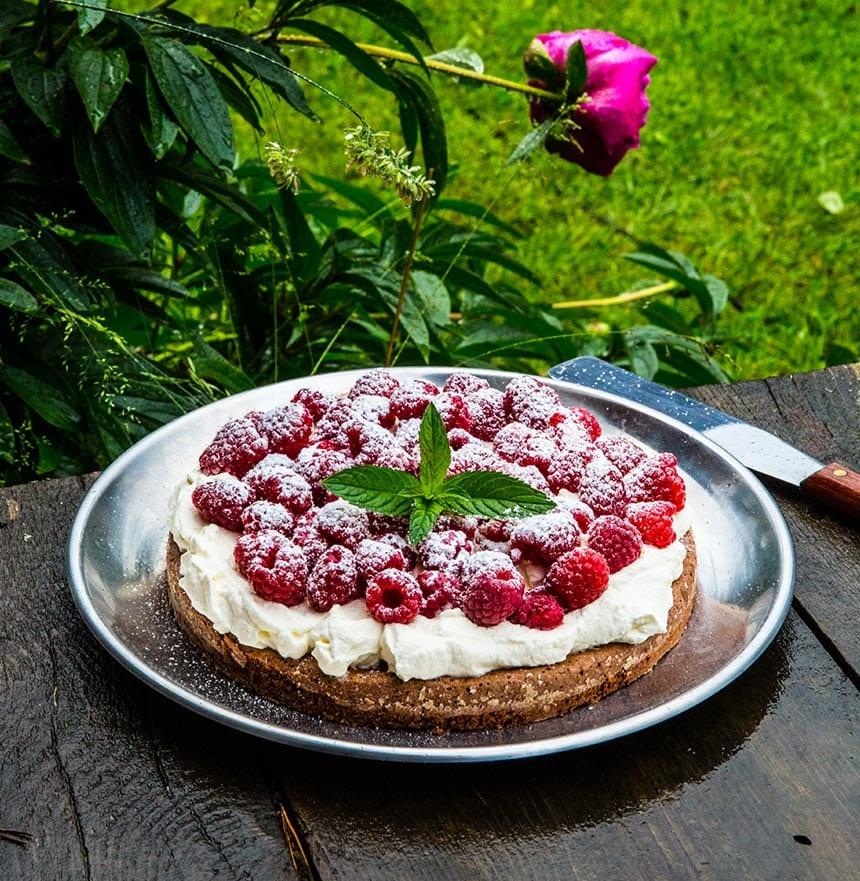 Kladdkaka med lakrits, hallon och jordgubbar