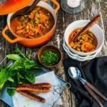 Kryddig gryta med kikärtor, grönsaker och korv