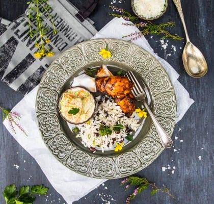 Grillade kycklingben med ris, svarta bönor och coleslaw