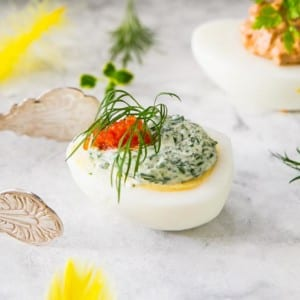 Ägg med grön dilltopping
