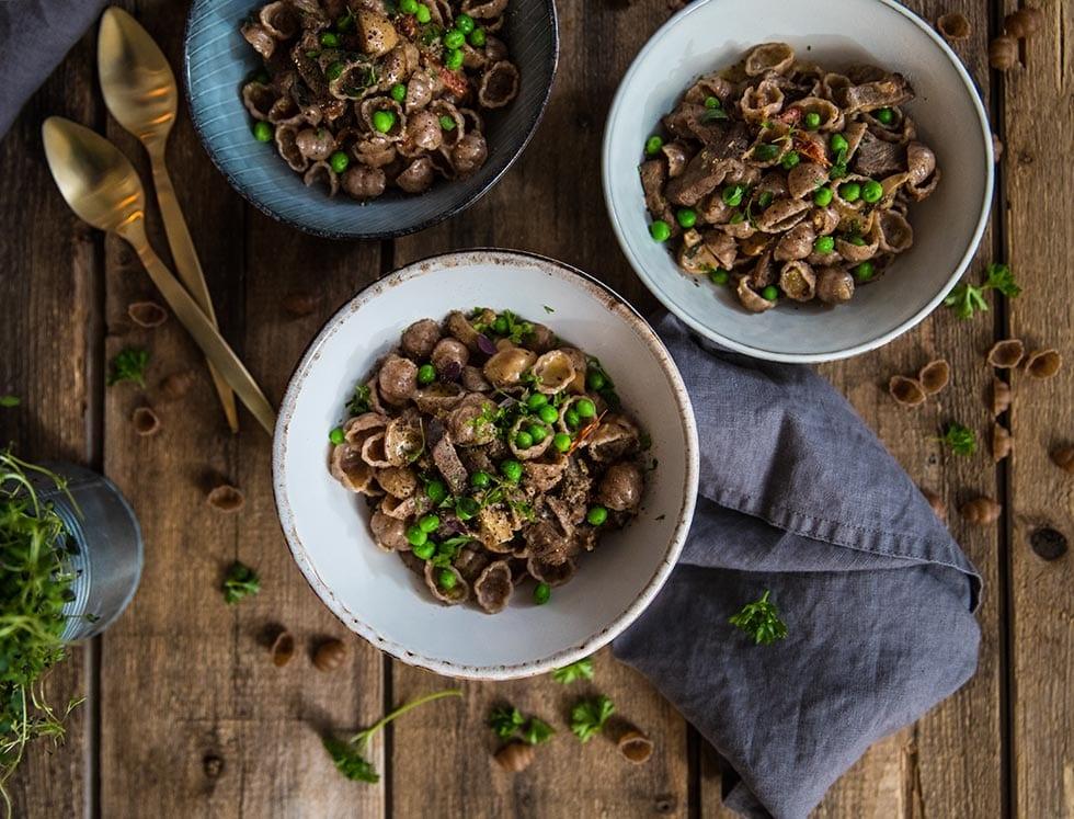 Krämig pasta med biff och champinjoner i gräddsås