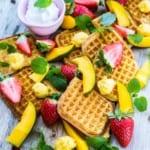Frasiga våfflor med mango, mangosorbet och grädde