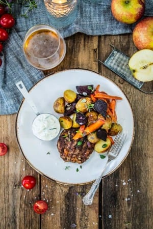 Nötfärsbiffar med parmesanost, äppeltzatziki och ugnsgrönsaker